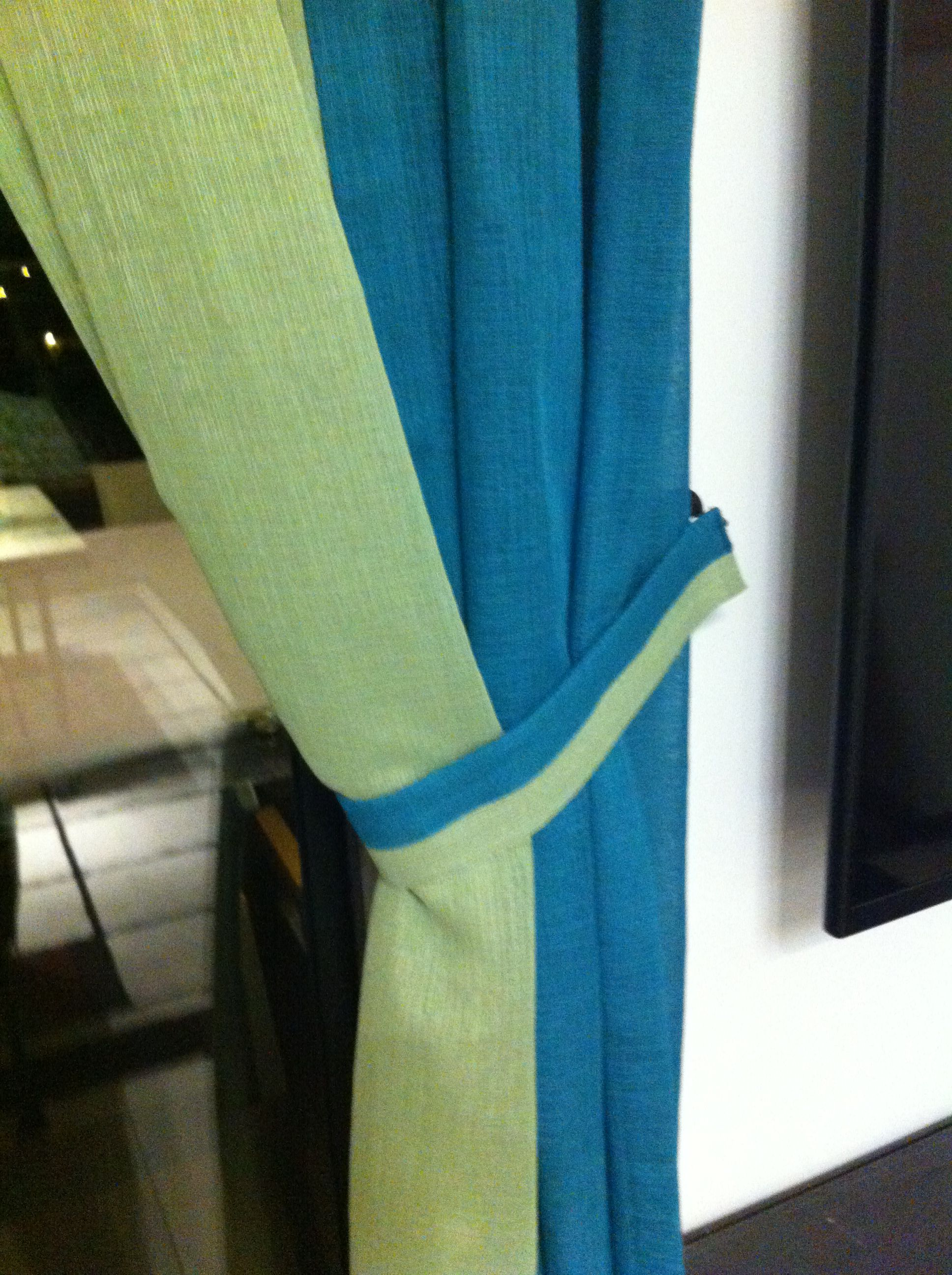 Curtain and tie-back in 2 colors
