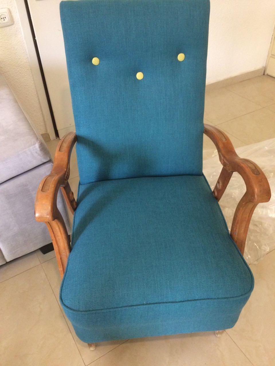 כורסא כחולה עם כפתורים ירוקים