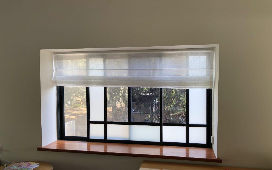 וילון רומי שקוף בחלון בסלון