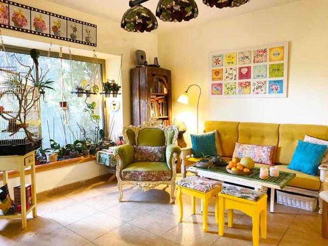 ספה וכורסא בסלון בנען