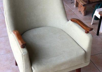 כורסא מעוגלת עם ידית עץ