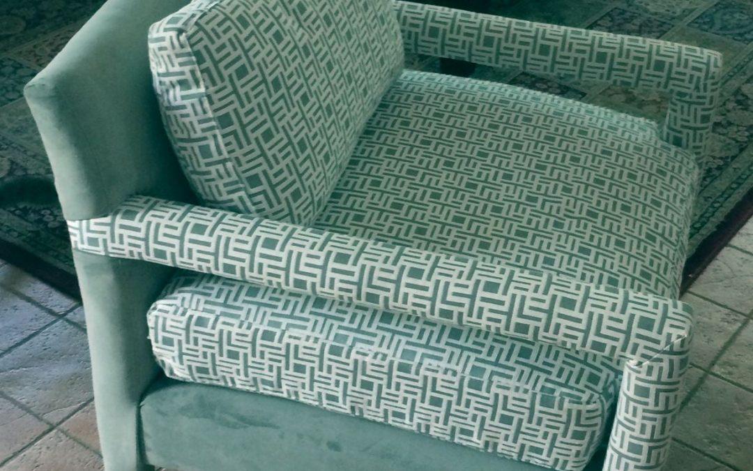 כורסא המשלבת בד בדוגמא גאומטרית עם בד חלק באותו צבע