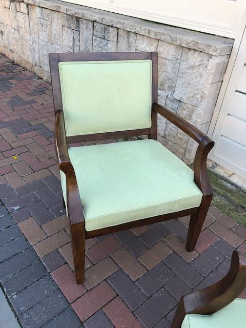 כסא עץ עם גב ומושב מרופדים